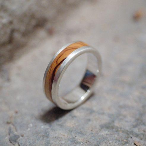 Bagues avec bois et argent Bague en argent et bois d'olivier 150,00 € Viademonte Jewelry