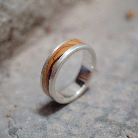 Anelli con legno e argento Anello in argento e legno d'ulivo 150,00 € Viademonte Jewelry