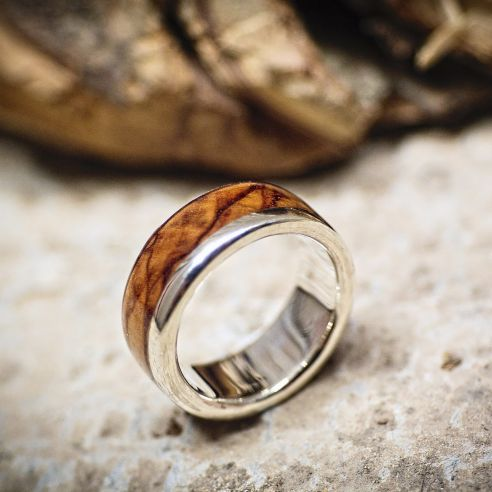 Anelli con legno e argento Anello in argento con legno d'ulivo 150,00 € Viademonte Jewelry