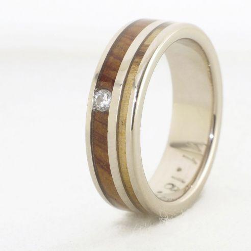 Anillos con piedras preciosas Anillo de oro blanco, diamante y maderas de olivo y enebro 780,00€ Viademonte Jewelry
