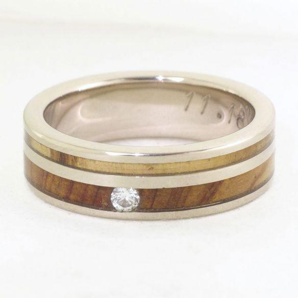 Anelli con pietre preziose Anello in oro bianco, diamanti e legno di olivo e ginepro € Viademonte Jewelry