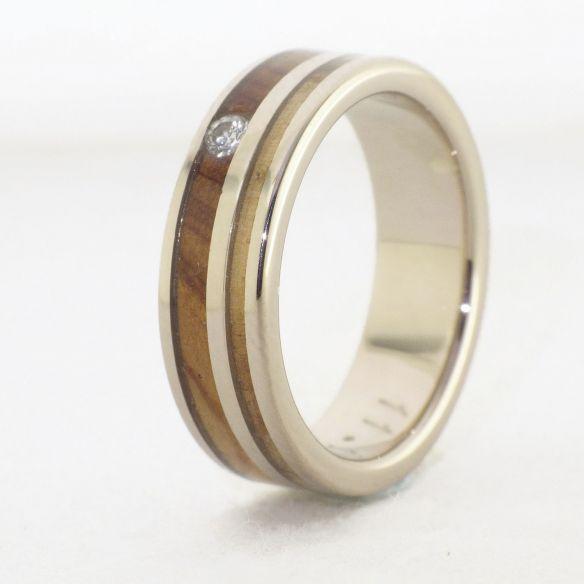 Anells amb pedres precioses Anell d'or blanc, diamant i fustes d'olivera i ginebre 880,00 € Viademonte Jewelry