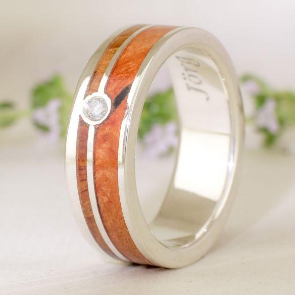 Anelli con pietre preziose Anello in argento, diamanti e legni di erica e ginepro € 220,00 Viademonte Jewelry