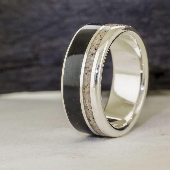 Anelli con Sabbia Anello in argento, legno di ebano e sabbia € 170,00 Viademonte Jewelry