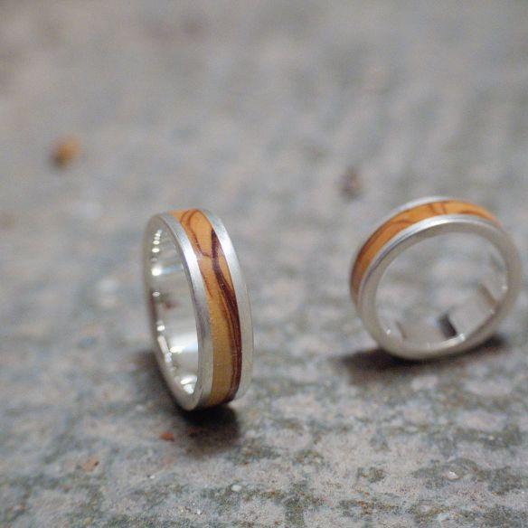 Parelles d'anells Aliances de plata de casament amb fusta d'olivera acabat mat. Joieria en fusta 2019 300,00 € Viademonte Je ...