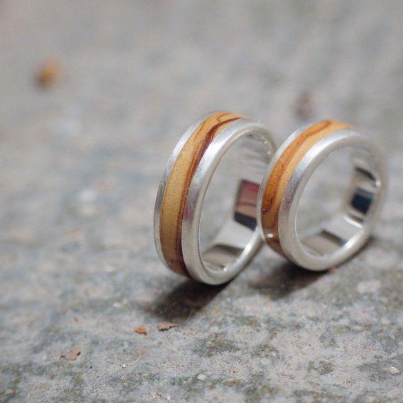 Anillos de boda Parejas de anillos Alianzas de plata de boda con madera de olivo acabado mate . Joyeria en madera 2019 Viadem...