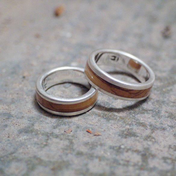 Paar Ringe Silberne Eheringe mit mattem Olivenholz-Finish. Holzschmuck 2019 300,00 € Viademonte Je ...