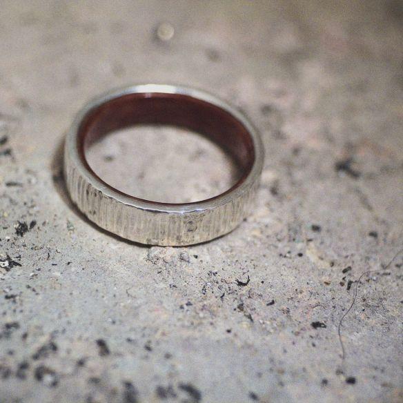 Alianzas con madera y plata Anillo de plata de ley y madera de brezo en el interior 150,00€ Viademonte Jewelry