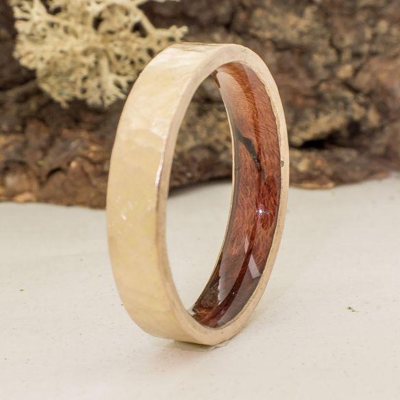 Aliances amb fusta i or Aliança fina d'or groc martelé i fusta de bruc 510,00 € Viademonte Jewelry