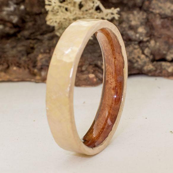 Alianzas con madera y oro Alianza fina de oro amarillo martelé y madera de brezo 410,00€ Viademonte Jewelry