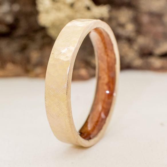 Alianzas con madera y oro Alianza fina de oro amarillo martelé y madera de brezo 510,00€ Viademonte Jewelry