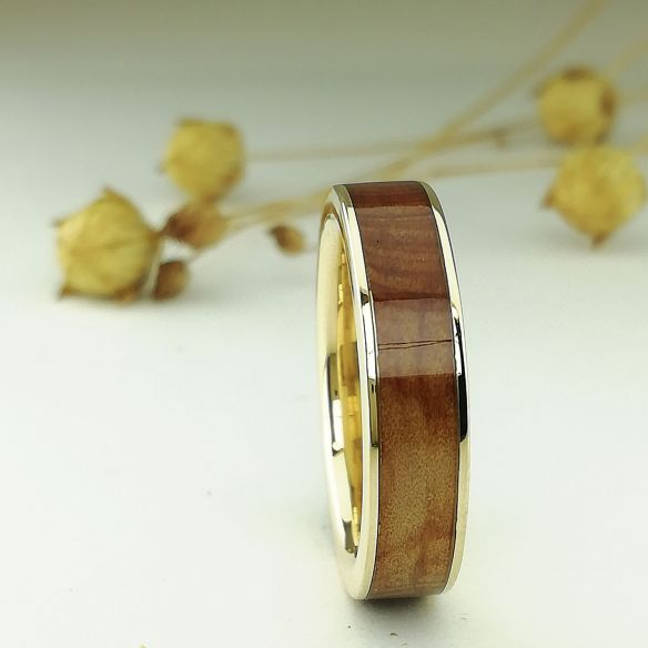 Anillos con madera y oro Anillo de oro amarillo con madera de enebro 346,50€ Viademonte Jewelry