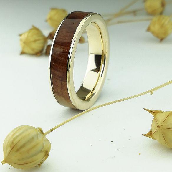 Ringe mit Holz und Gold Ring aus Viademonte Jewelry mit Wacholderholz € 500,00 Viademonte Jewelry