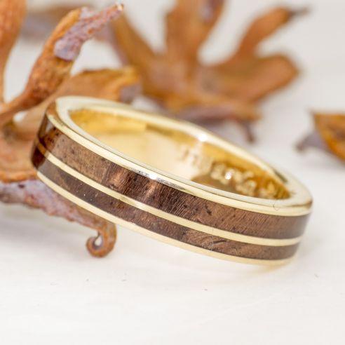 Anillos con madera y oro Anillo de boda de oro amarillo y madera de nogal 875,00€ Viademonte Jewelry