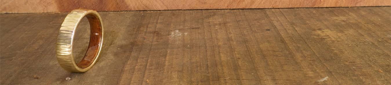 Gelbgold Trauringe mit Holz - Originelle und verschiedene Eheringe