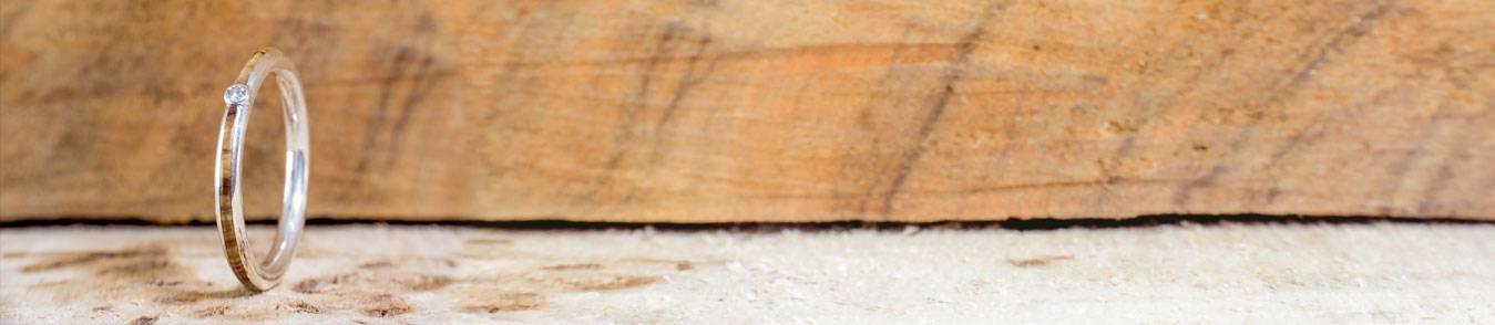 Anillos de madera con piedras preciosas hechos de forma artesanal